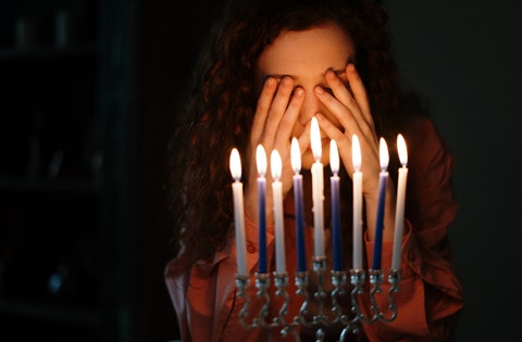 woman-with-candles-4040753